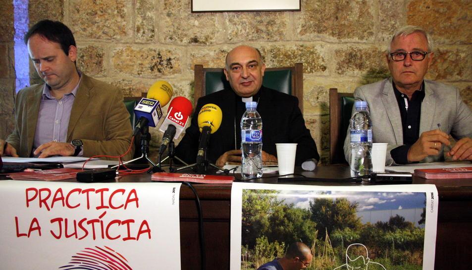 El secretari de Càritas Diocesana de Tortosa, Agustí Adell, el bisbe de Tortosa, Enric Benavent, i el president de Càritas Diocesana de Tortosa, Agustí Castell.