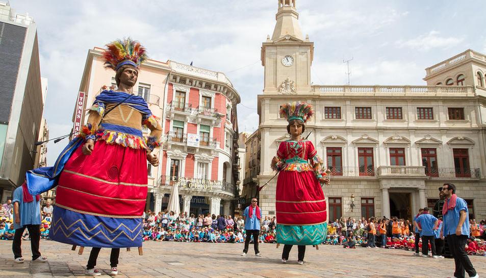 Per Corpus és tradició que els elements festius de Reus ballin a la plaça del Mercadal, i que els infants dels centres escolars del municipi els vagin a veure durant tot el matí, mentre el consistori reparteix coca amb cireres de franc. Una altra de les grans atraccions és l'Ou com Balla, a la plaça del Castell.