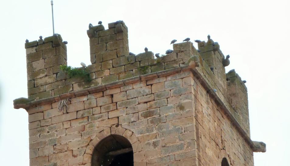 Imatge del campanar de l'església sense un dels merlets.
