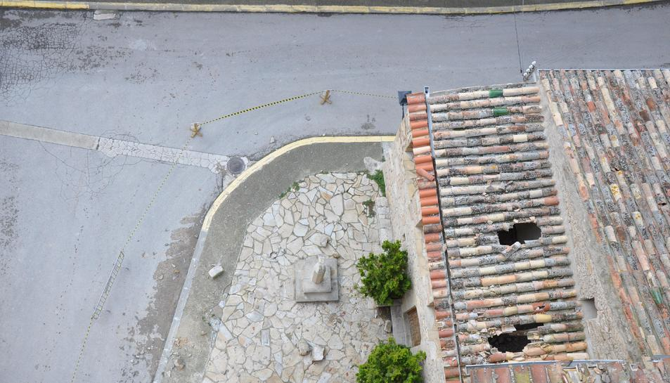 La teulada de la rectoria es troba en mal estat.