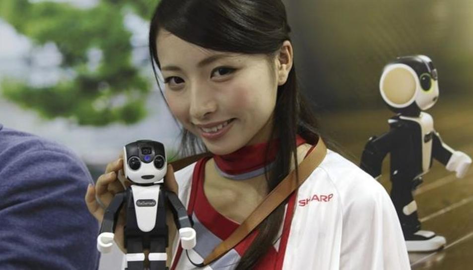 Japó ven el primer telèfon mòbil robòtic