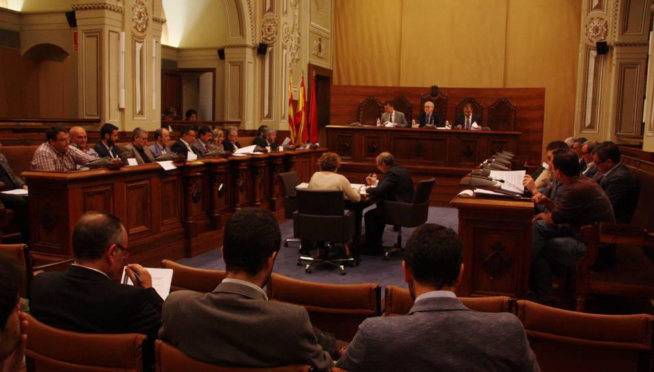 Pla general de la sala de plens de la Diputació de Tarragona durant el plenari del 27 de maig de 2016