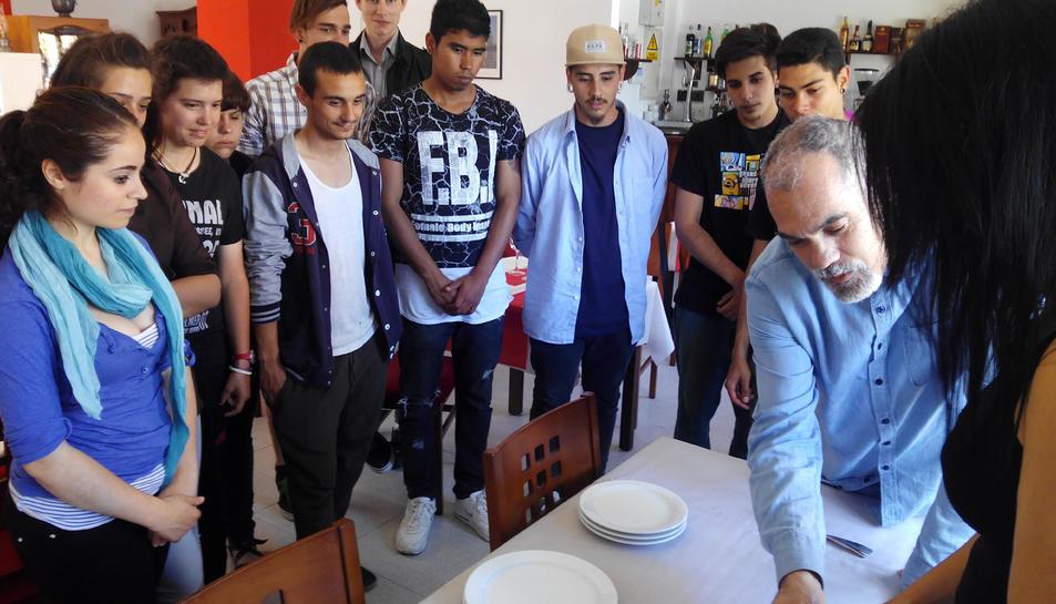 14 joves fan un curs de Serveis de Restaurant al Viver d'Empreses de l'Hospitalet de l'Infant