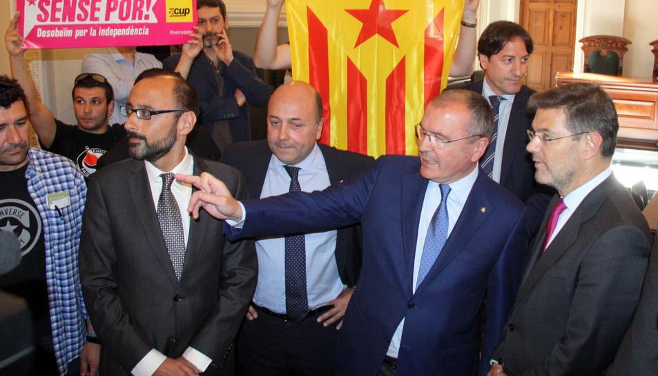 Els regidors de la CUP de Reus flanquegen amb estelades al ministre Catalá