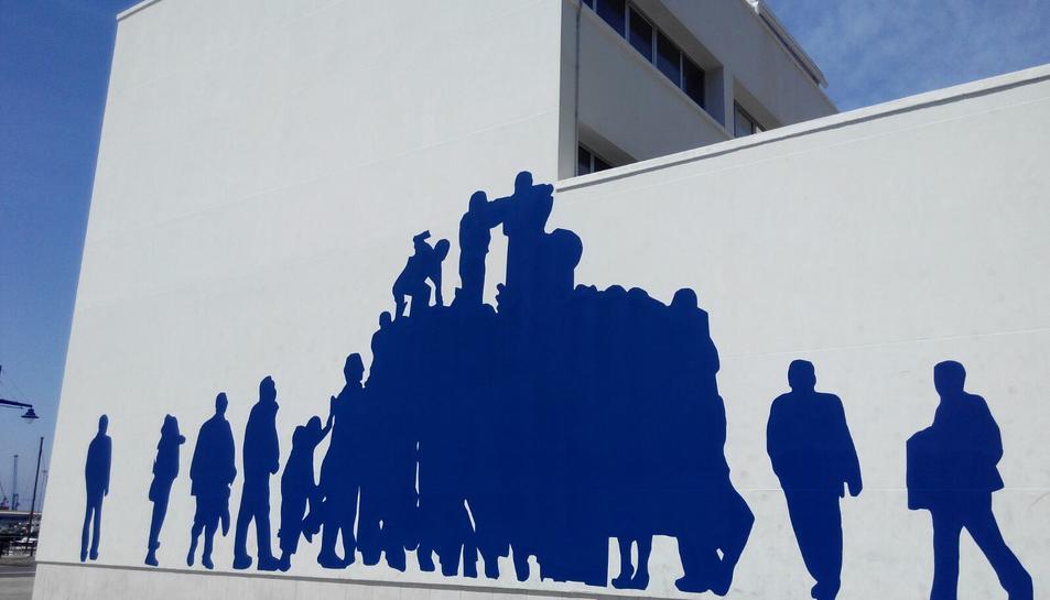 Un dels laterals del nou local dibuixa un castell blau.