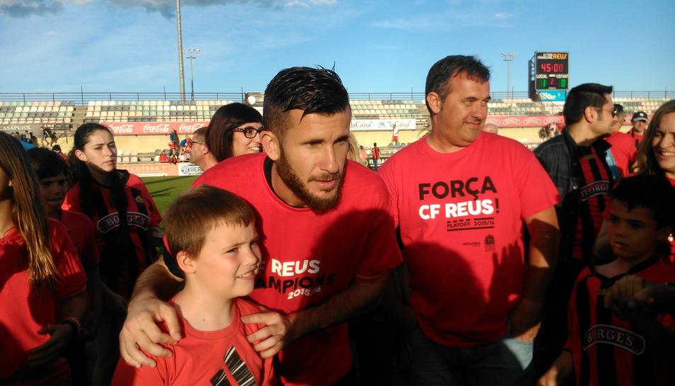 Els jugadors roig-i-negres es fotografien amb els aficionats