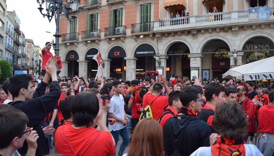 Després de la primera celebració al camp del CF Reus Deportiu, els aficionats s'han dirigit a la plaça de Prim per seguir festejant l'ascens directe a Segona Divisió A.