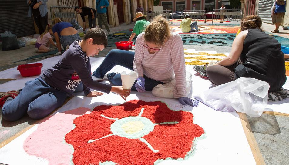Les catifes de flors omplen els carrers de Reus
