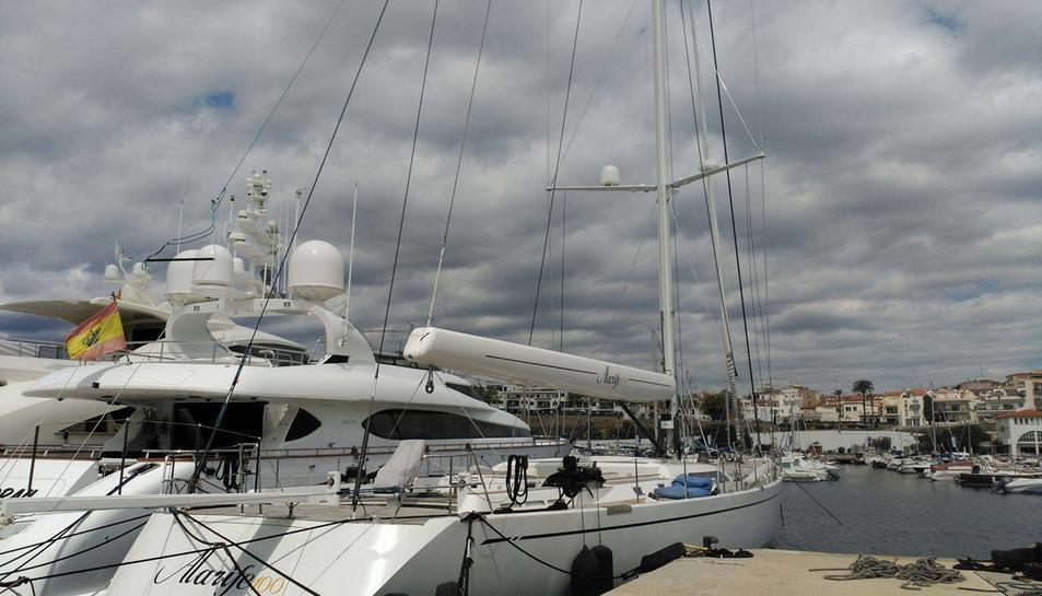 El vaixell Alarife 100 es va construir a la mateixa drassana que el luxós veler SYL.