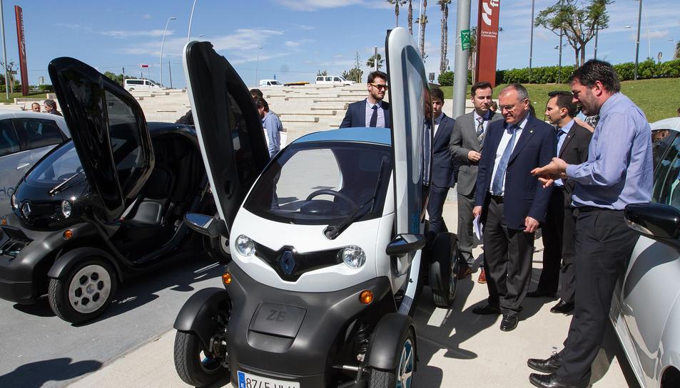 Els diferents representants municipals van poder fer un primer tast dels vehicles sostenibles.