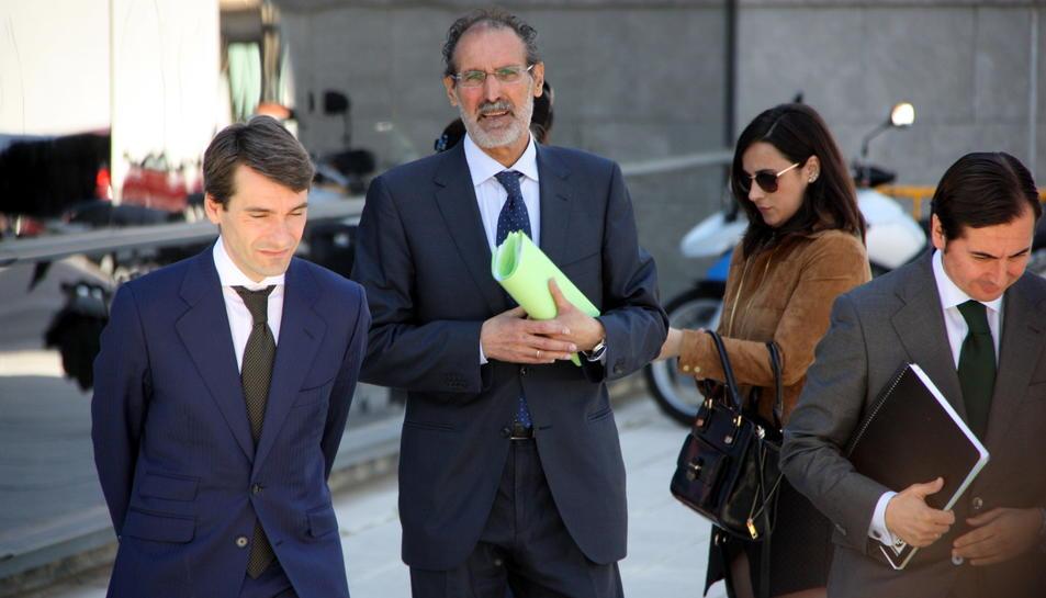 Carlos Barat, director general d'Escal UGS, al centre de la imatge, acompanyat d'alguns advocats, sortint de declarar, amb una carpeta de papers a les mans, dels jutjats de Vinaròs. Imatge del 31 de maig de 2016