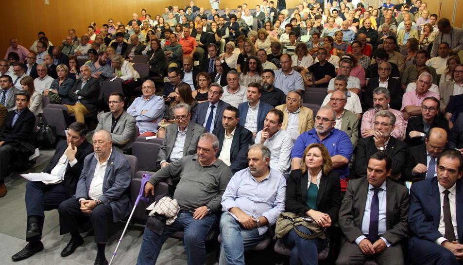 Imatge general del públic assistent, unes 200 persones, a l'aula magna de la URV a Tarragona durant l'acte públic 'Ens hi juguem el futur. Sí al futur de les empreses i dels treballadors i treballadores de Tarragona', el 31 de maig de 2016