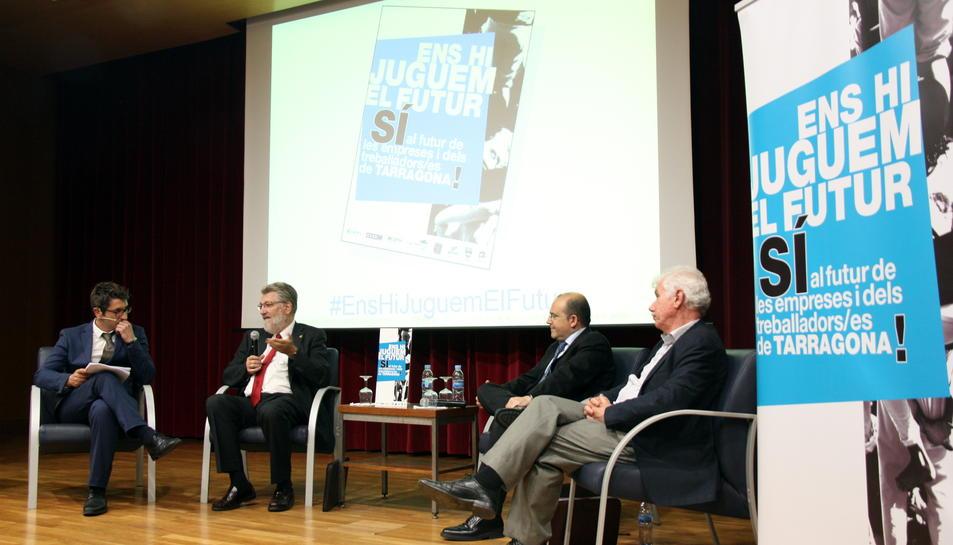 De dreta a esquerra, l'empresari i enginyer especialista en energia, Joan Vila, el president de la fundació ICIL, Ignasi Sayol, i Josep M. Rovira, secretari general de l'associació FERRMED a la URV a Tarragona el 31 de maig de 2016