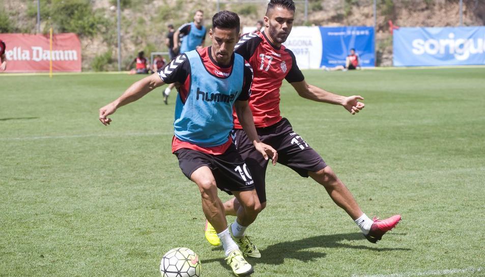 Iago Bouzón, per darrere de Rayco, intentant prendre-li la pilota, durant l'entrenament de dimarts.