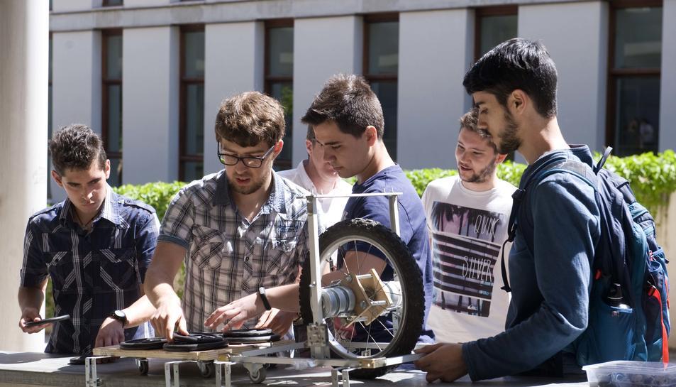 Estudiants d'enginyeria mecànica viatgen fins l'any 2051 per participar a 'La Gran Remuntada'