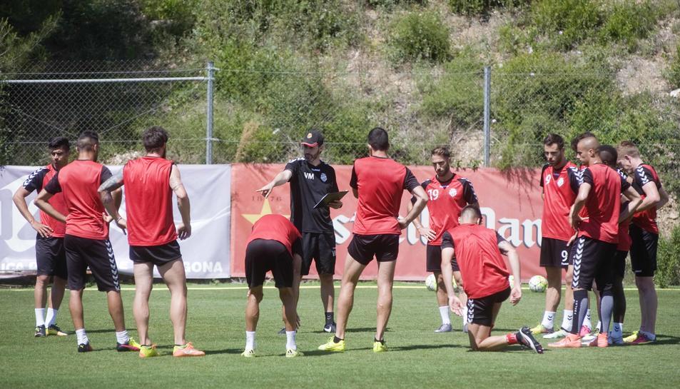 Vicente Moreno, donant instruccions als seus jugadors durant l'entrenament d'aquest dimarts a l'annex del Nou Estadi.