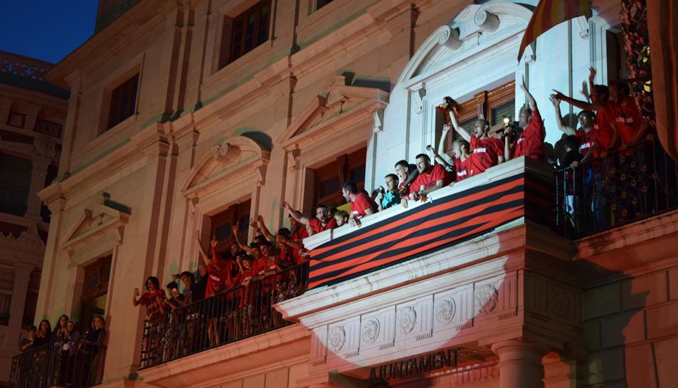 El CF Reus Deportiu ha portat la celebració per l'ascens històric a Segona Divisió A als carrers de la ciutat. Els jugadors roig-i-negres han començat la rua amb la vistia al Santuari de Misericòrdia, i posteriorment s'ha iniciat un recorregut pel carrer de Sant Joan des de la plaça del Nen de les Oques.