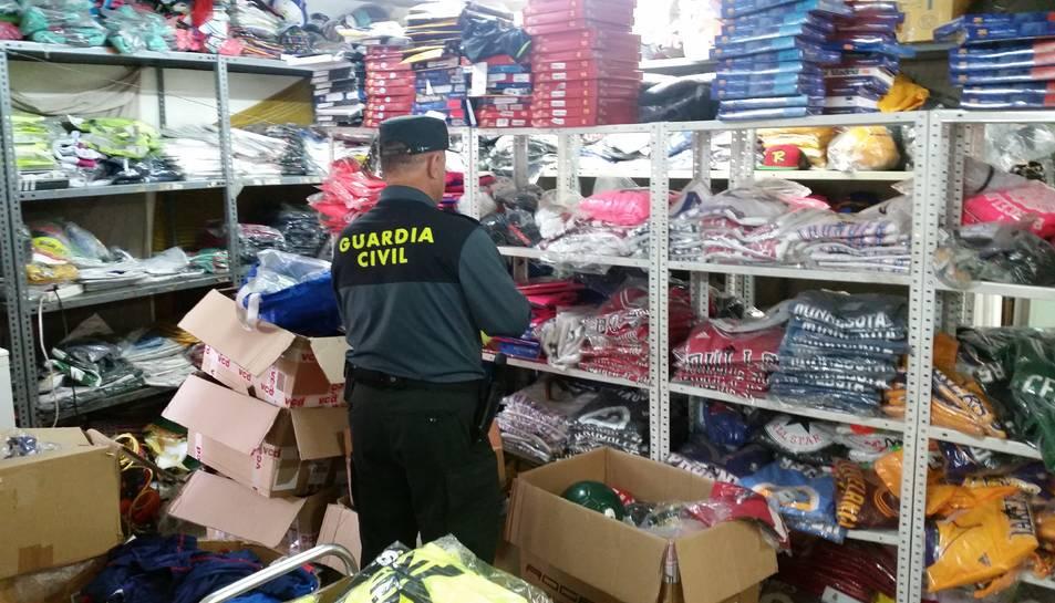 La Guàrdia Civil intervé 1.264 objectes de tres botigues de Salou