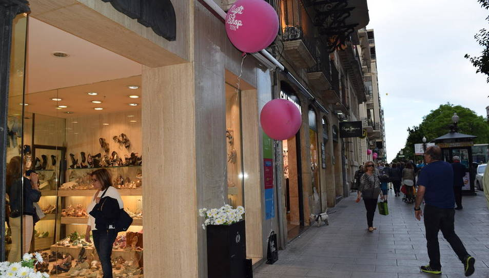 Avui les botigues estan obertes fins a les dotze de la nit. Això només passa les nits màgiques que es viuen a Tarragona amb el Night&Shop by Tarragona, organitzada per la Via T. Però només canvia l'horari; els carrers de la ciutat s'omplen de globus roses i de xarangues, desfilades i música. Les botigues oferiran durant aquesta jornada descomptes, regals i promocions. Tarragona viu la festa del comerç.
