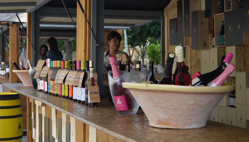 El vi inunda la plaça de la Llibertat