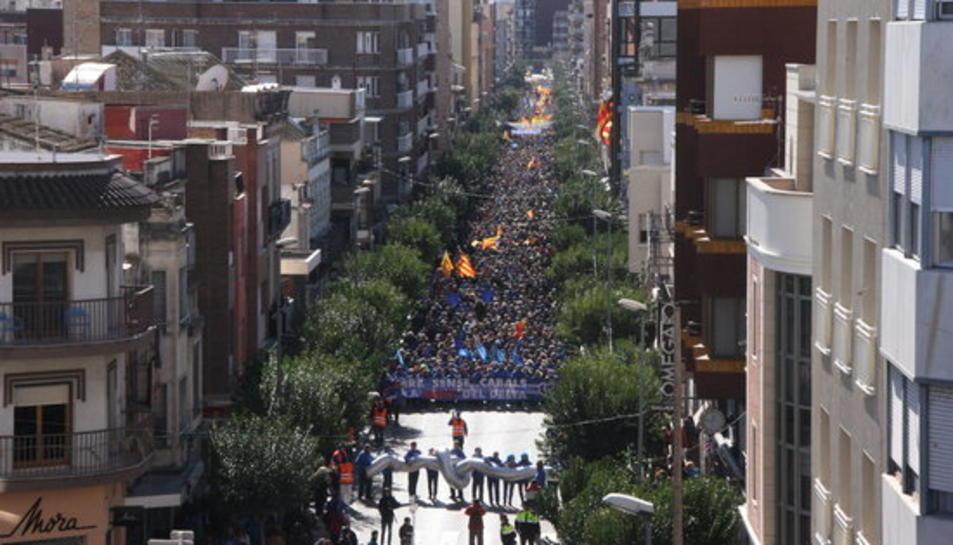 Manifestació contra el pla de conca de l'Ebre pels carrers d'Amposta el passat mes de febrer.