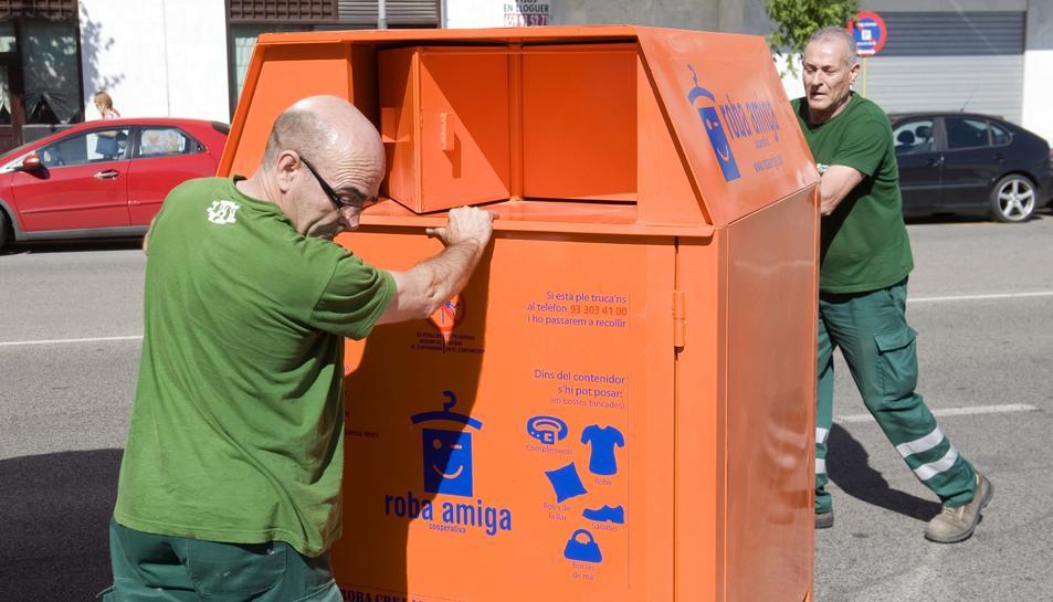 Els operaris ja han començat a instal·lar els contenidors més segurs.