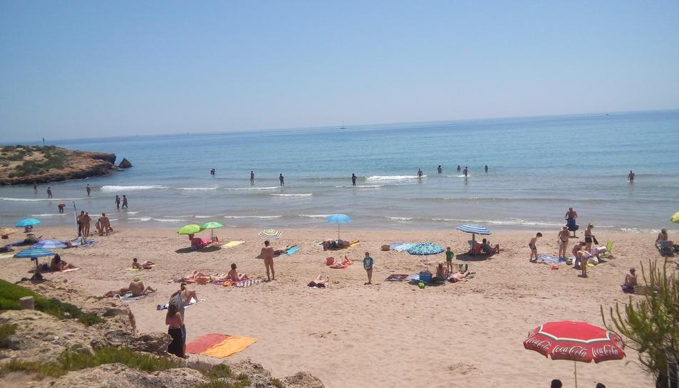 A la platja de la Savinosa hi conviuen nudistes i tèxtils amb normalitat.