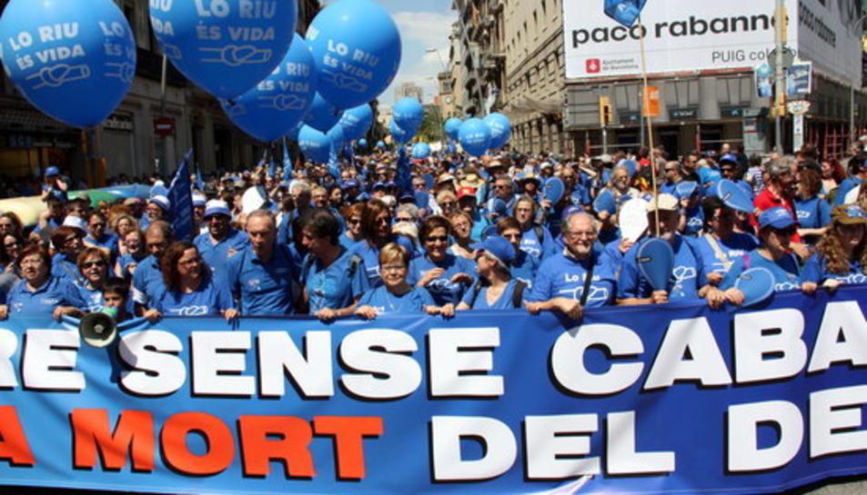 La capçalera de la manifestació a Barcelona en defensa de l'Ebre.