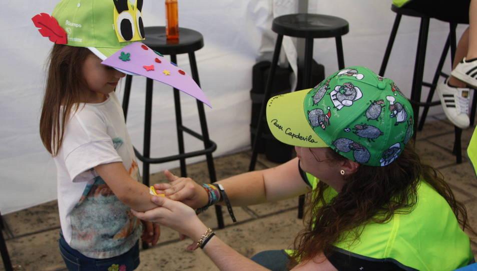 Prop de 10.000 persones 'es posen la gorra' a Port Aventura en solidaritat amb els nens amb càncer