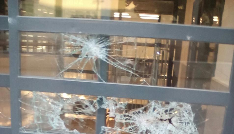 Imatge de la porta del poliesportiu que va trencar el reclús.