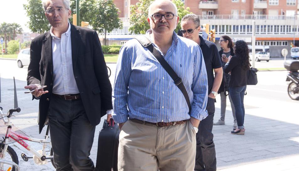 Miguel Ángel Chiquillo (esq.), entrant als jutjats de Reus, ahir.