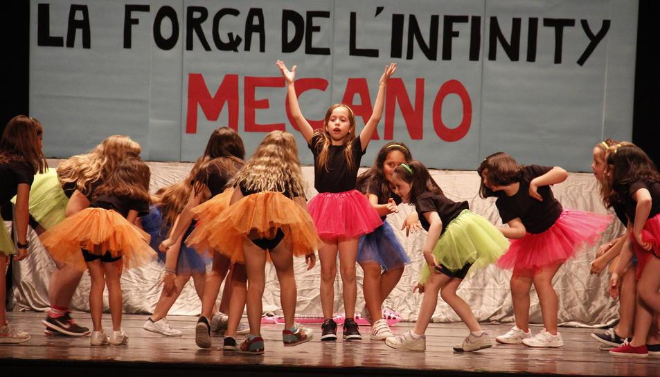 Los alumnos vallenses homenajean en Mecano en el 3º Festival de Danza
