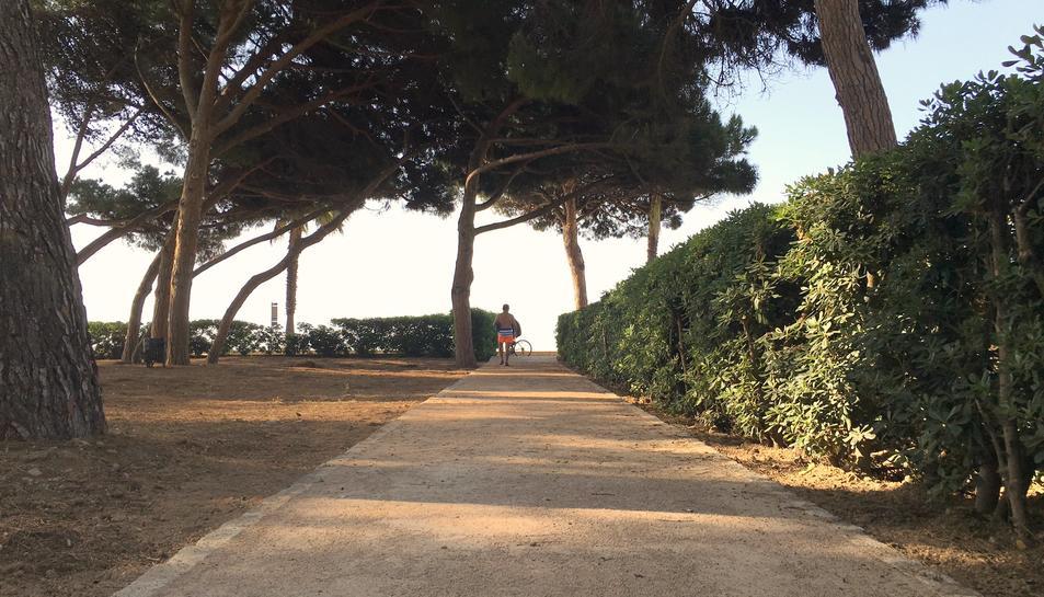 Nou paviment a la calçada de les urbanitzacions platja de Vilafortuny, Proacosa i La Llosa