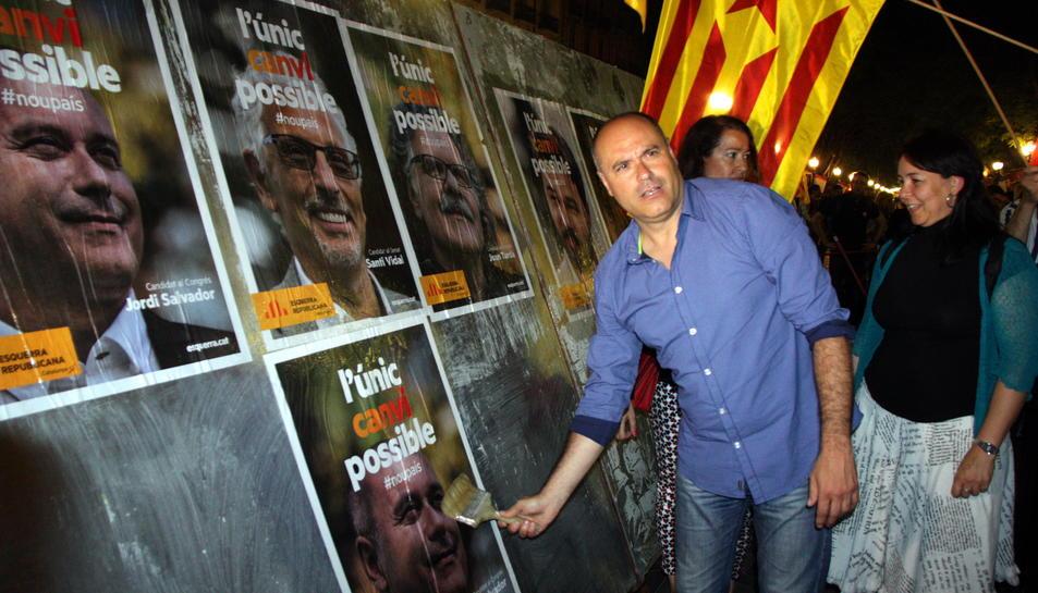 El cap de llista d'ERC per Tarragona, Jordi Salvador, en una de les cartelleres de la Rambla Nova.