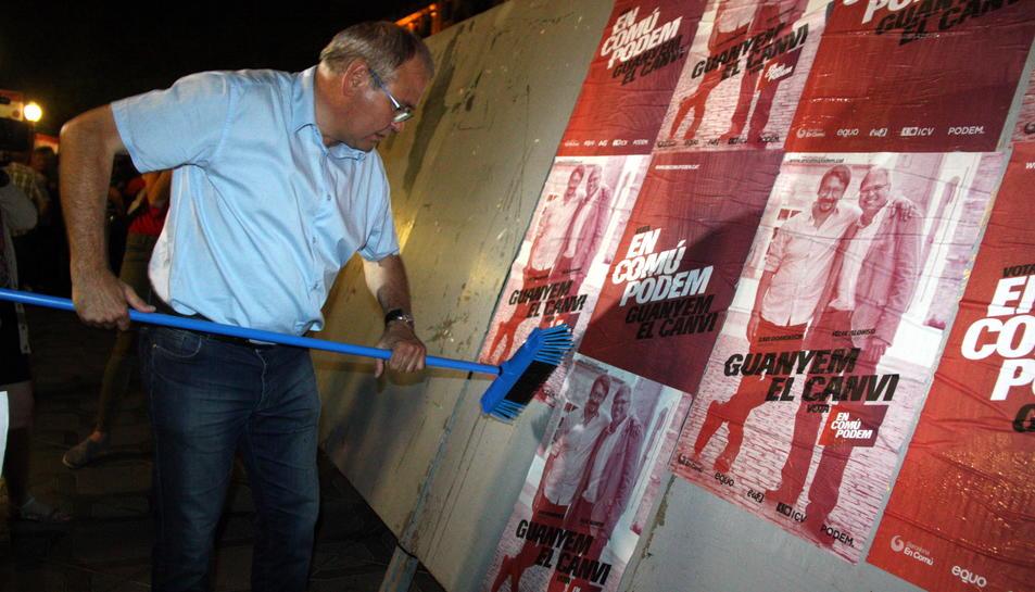 Pla americà del candidat d'En Comú Podem per Tarragona, Fèlix Alonso, enganxant cartells a la Rambla Nova el 10 de juny del 2016