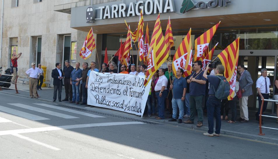 Els treballadors i els representantys polítics que s'hi han sumat, durant la concentració davant l'estació.