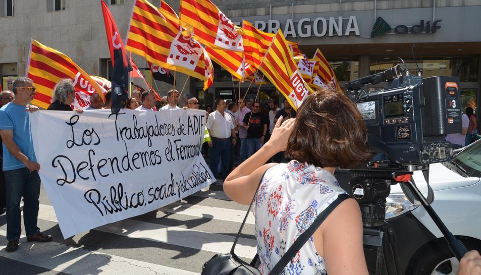 Moment en que la protesta ha tallat la circulació al paseig d'Espanya durant uns minuts.