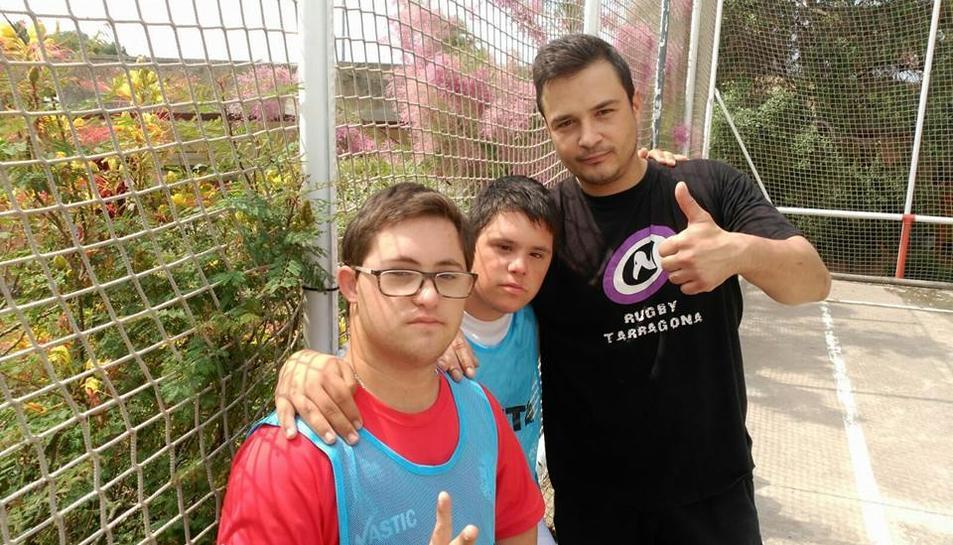 Els Voltors de Tarragona ensenyen a jugar a rugby a joves del Centre d'Educació Especial Estela