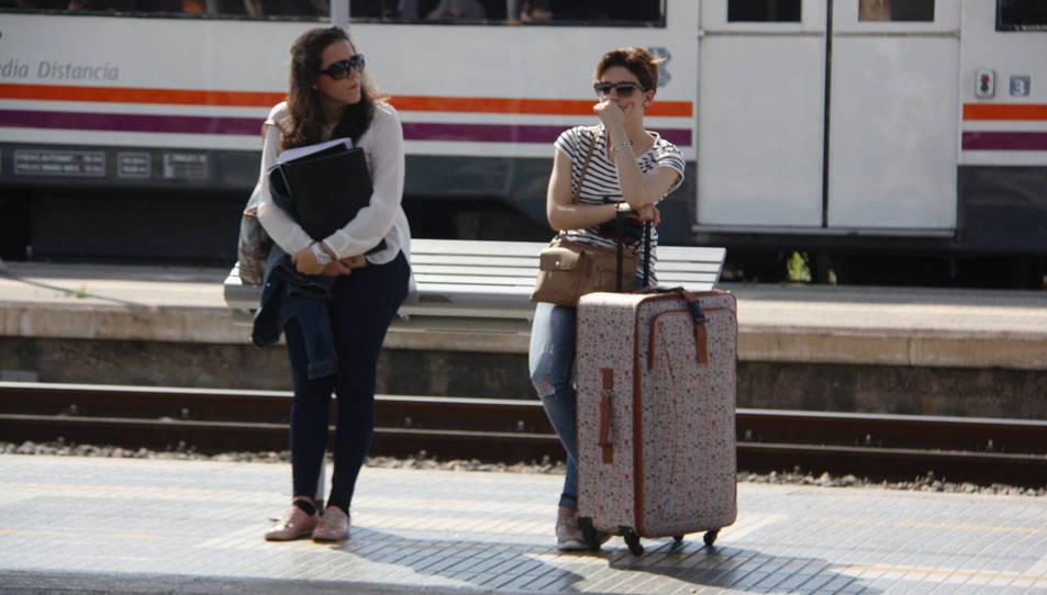 Dues usuàries de Renfe esperen el tren a l'estació de Tarragona el 10 de juny de 2016