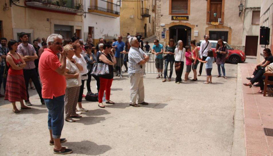 El poble ha seguit la moció des de fora de l'Ajuntament perquè la sala estava plena