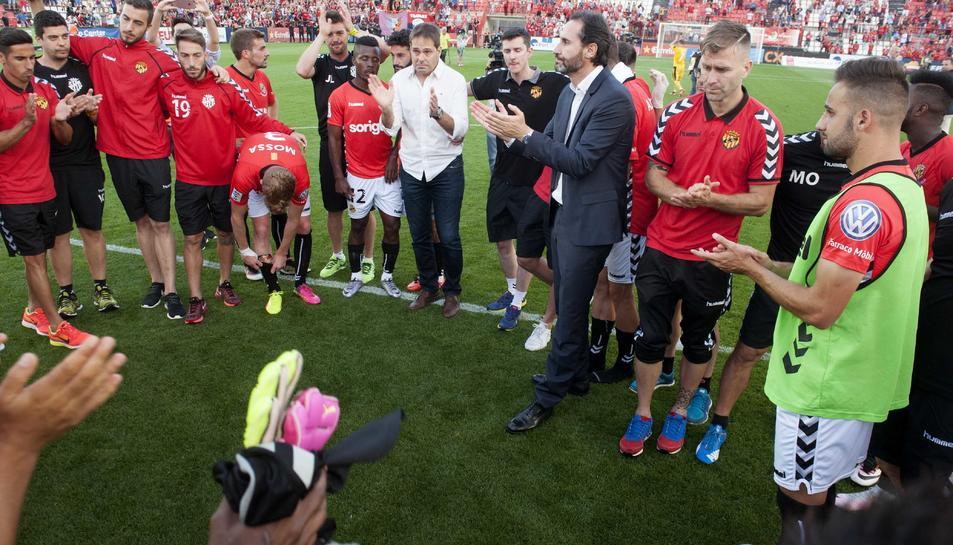 Els futbolistes, lamentant-se de la derrota després del partit