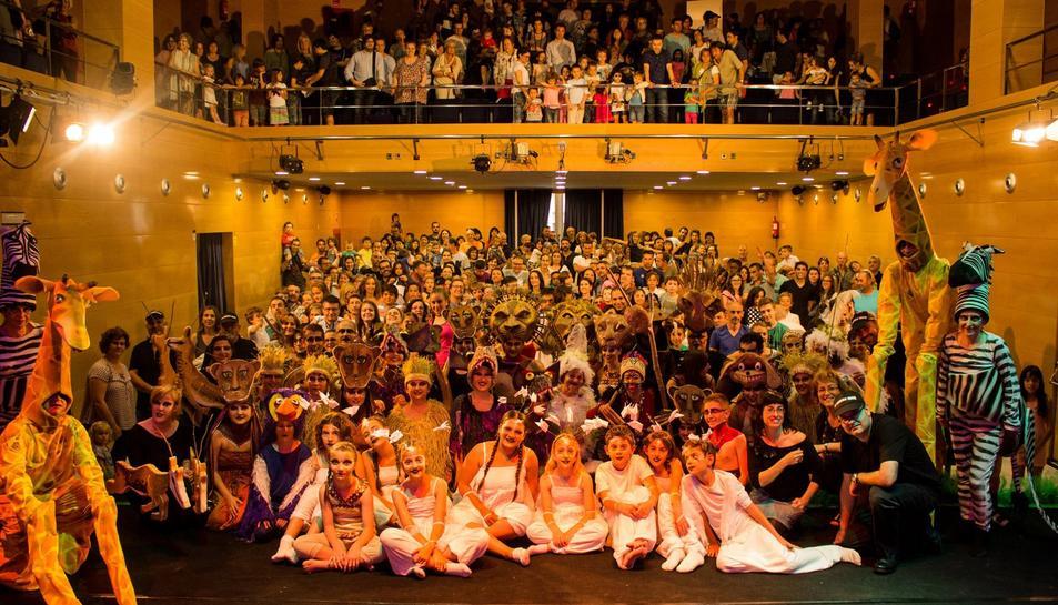 Els participants de la representació i el públic assistent a la darrera sessió de l'espectacle.