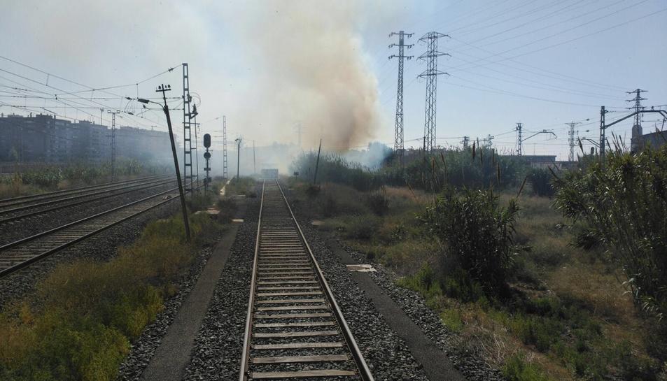 El fum cobrint les vies de Renfe, a l'alçada de l'estació de classificació al polígon Entrevies.
