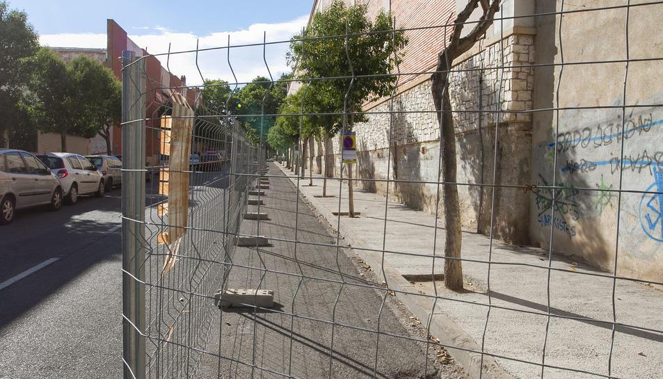 Les tanques impedeixen aparcar al carrer Evarist Fàbregas.