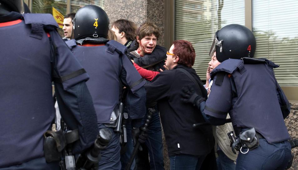 La noia va recriminar als agents els cops al jove de la imatge.