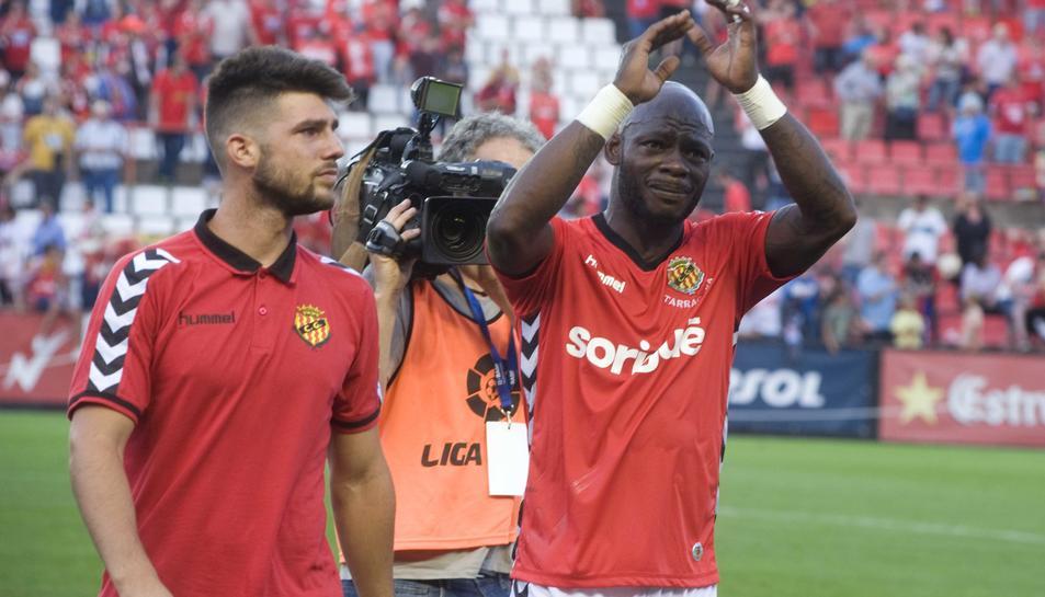 Archille Emaná, al costat de Jordi Calavera, després de quedar eliminat de la promoció d'ascens contra l'Osasuna, al Nou Estadi.
