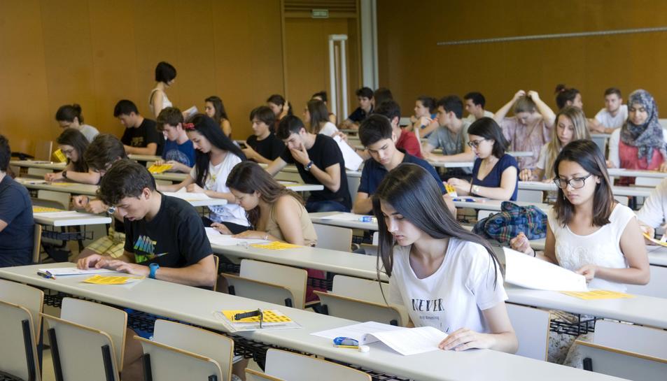 Alumnes durant el segon exàmen de la selectivitat, el de llengua catalana.