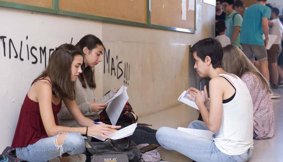 Alumnes als passadissos, esperant l'hora de la prova.
