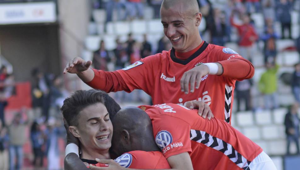 Tejera, de peu celebrant un gol de l'equip aquesta temporada.