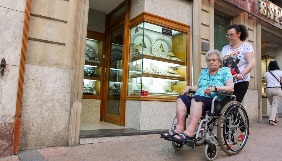 Els esglaons impedeixen que els usuaris amb cadires de rodes puguin entrar als locals de la ciutat